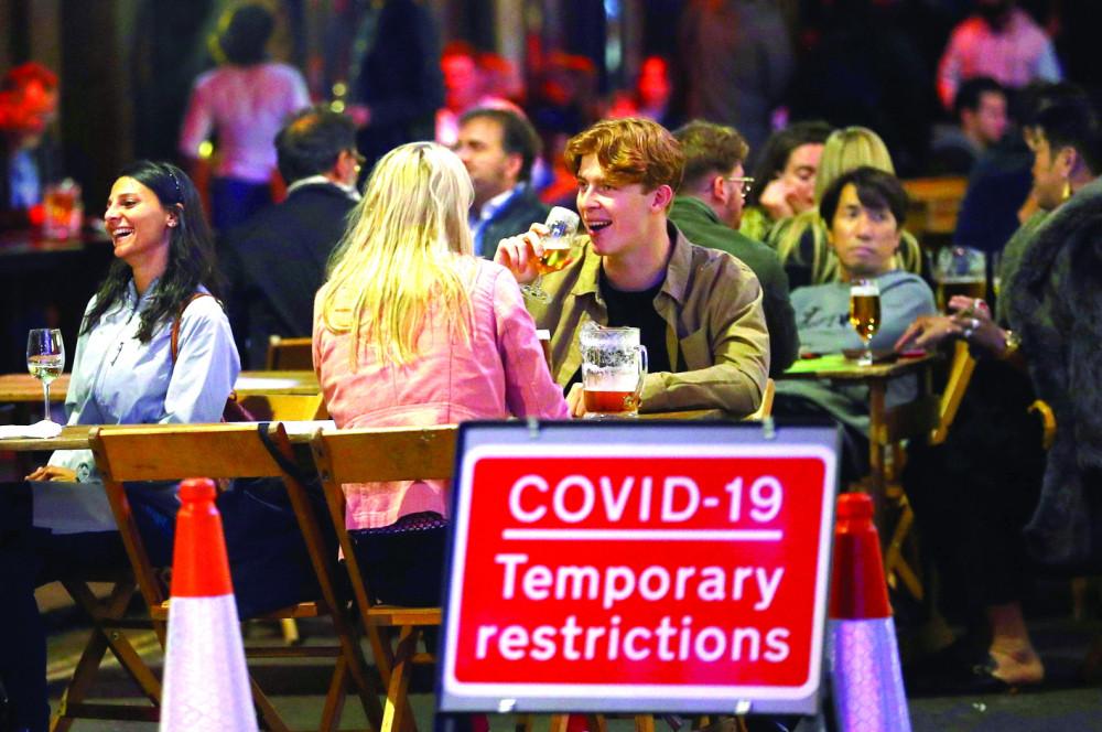 """Thực khách """"vô tư"""" giữa đại dịch COVID-19 ở London, Anh - Ảnh: Reuters"""