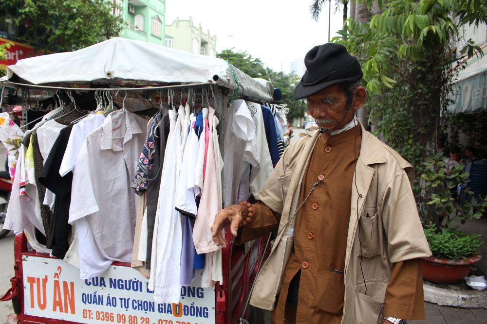 Gian hàng quần áo tự chọn giá 0 đồng rong ruổi cùng ông Tư khắp Sài Gòn