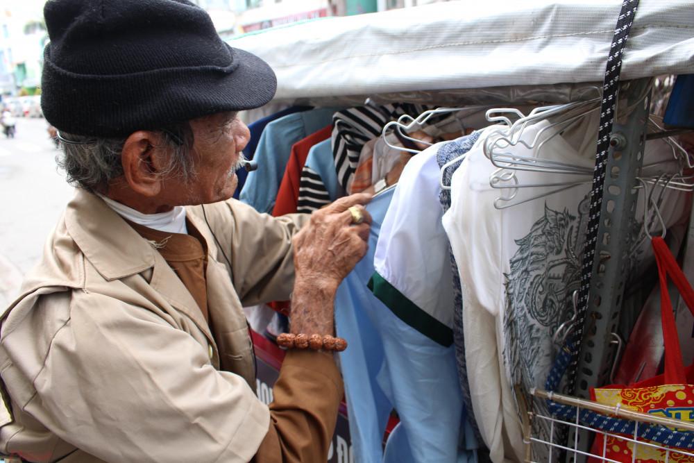 Ông Tư cẩn thận chăm chút từng cái áo cái quần để gửi đến người cần