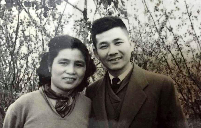 Nhà thơ Nguyễn Xuân Sanh và vợ - nhà văn Cẩm Thạnh ảnh chụp vào năm 1961