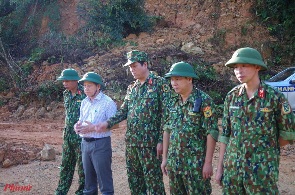 ông Phan Ngọc Thọ ( áo trắng) tại hiện trường khu tìm kiếm sông Rào Trăng