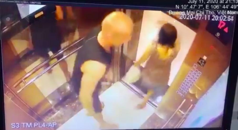 Hình ảnh vụ việc từ camera của thang máy chung cư