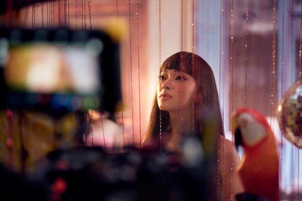 mạch truyện của MV gắn với quá trình trưởng thành của Châu Bùi từ một cô gái nhỏ đến cô nàng tự tin khẳng định màu sắc và cá tính tỏa sáng của mình trong mắt những người xung quanh.