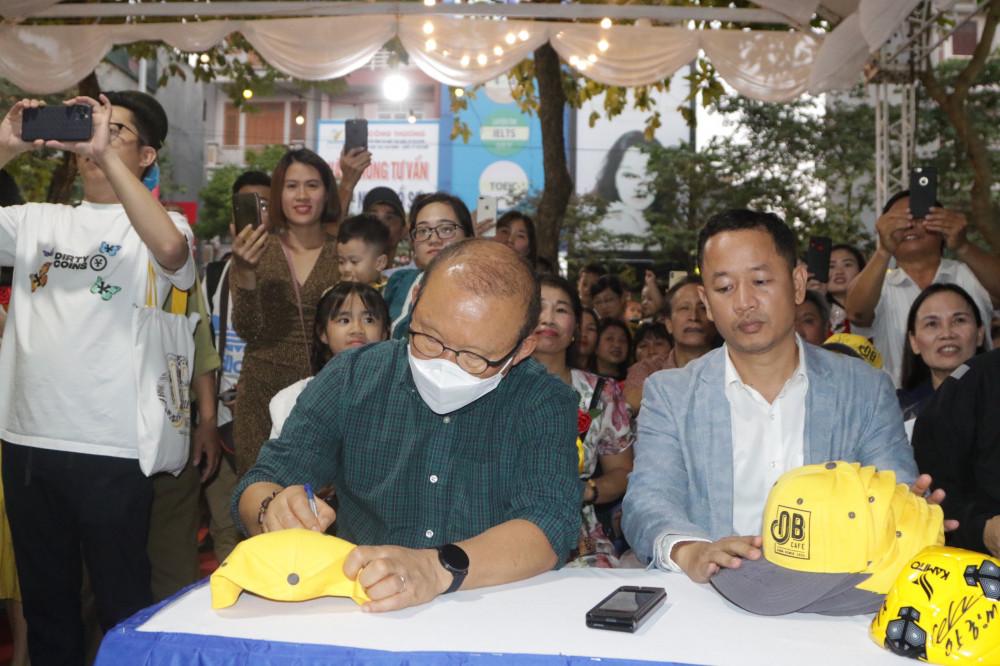 Huấn luyện viên trưởng đội tuyển bóng đá Việt Nam ký tên tặng người hâm mộ tại quán cà phê Ông Bầu Hải Dương. Ảnh: Cà phê Ông Bầu cung cấp