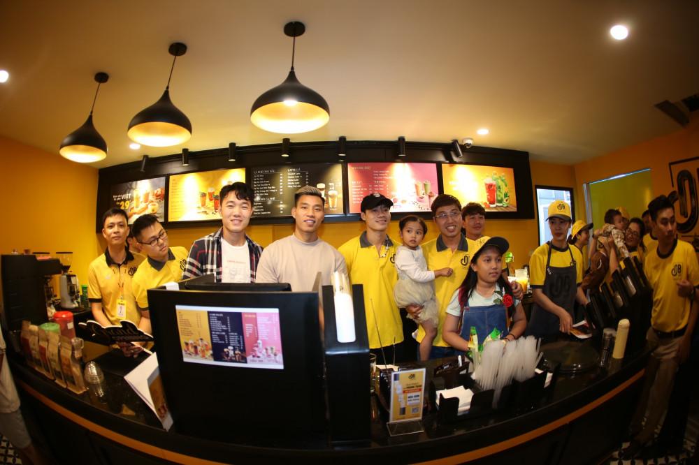 Các cầu thủ bóng đá nổi tiếng đến chúc mừng khai trương quán cà phê Ông Bầu đầu tiên tại Hải Dương. Ảnh: Cà phê Ông Bầu cung cấp