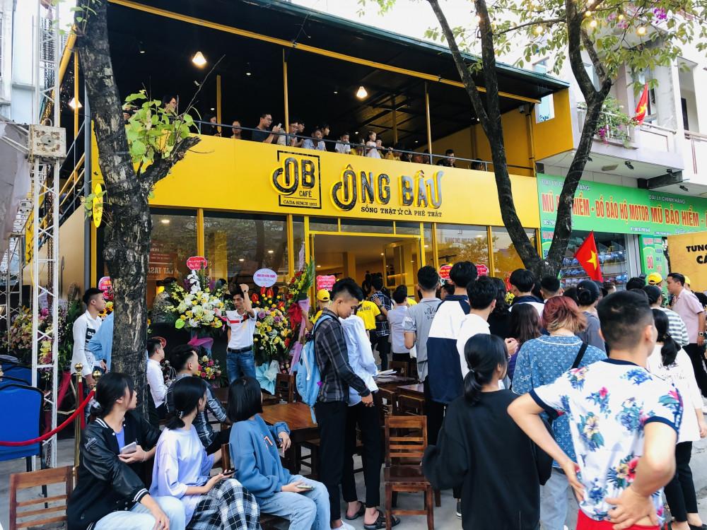 Đông đảo khách hàng tại Hải Dương đến thưởng thức cà phê Ông Bầu trong ngày đầu khai trương quán. Ảnh: Cà phê Ông Bầu cung cấp