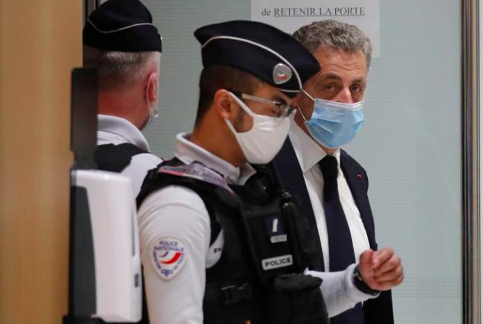 Cựu Tổng thống Pháp Nicolas Sarkozy rời đi sau khi phiên tòa xét xử ông bị gián đoạn với cáo buộc tham nhũng và ảnh hưởng đến việc bán hàng rong, tại tòa án Paris, Pháp, ngày 23 tháng 11 năm 2020. REUTERS / Charles Platiau