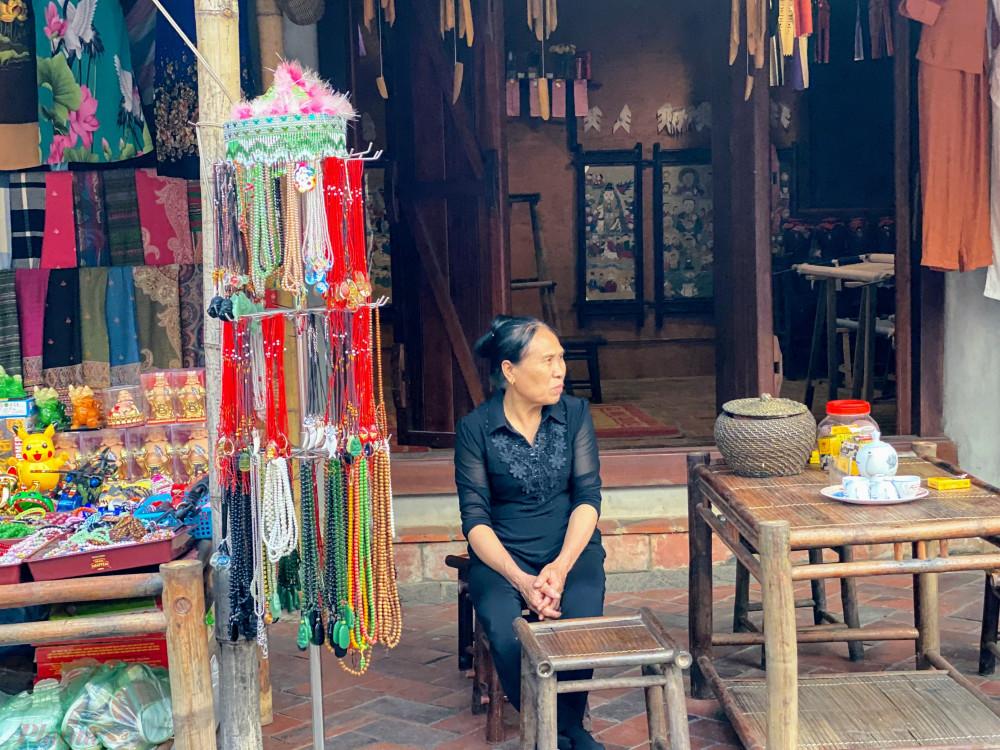 Một cửa hàng bán đồ lưu niệm dưới chân núi Yên Tử.