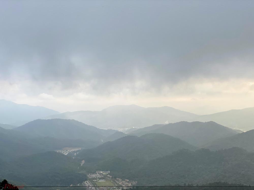Toàn cảnh mờ ảo của khu vực Trung tâm văn hoá Yên Tử bên dưới chân núi Yên Tử.