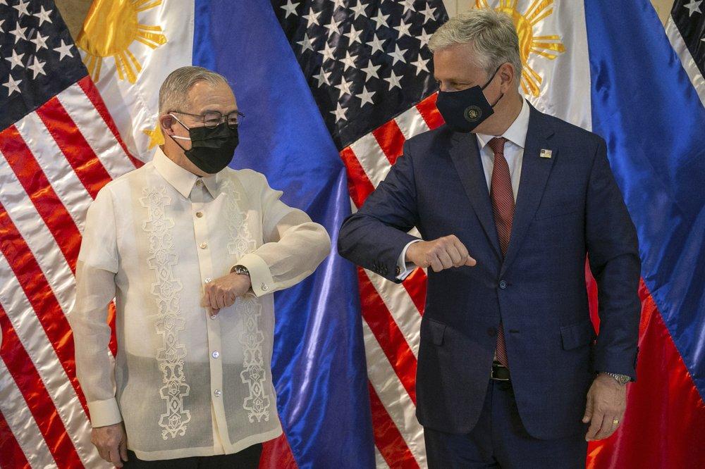 Cố vấn An ninh Quốc gia Mỹ Robert O'Brien (phải) và Ngoại trưởng Philippines Teodoro Locsin Jr. chạm khuỷu tay sau buổi lễ bàn giao vũ khí hôm 23/11.