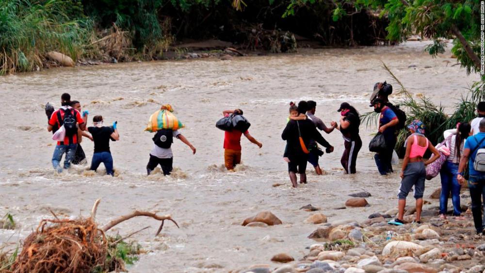 Người dân Venezuela cố gắng vượt sông Tachira ở Cucuta, Colombia.