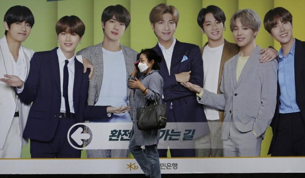 Một người phụ nữ mang khẩu trang trên đường phố Hàn Quốc