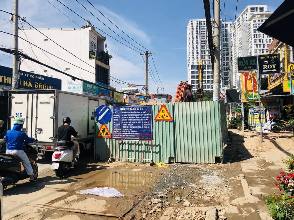 Dự án Vệ sinh môi trường TP giai đoạn 2 hiện đang gây mất an toàn giao thông trên đường Nguyễn Duy Trinh, quân 2