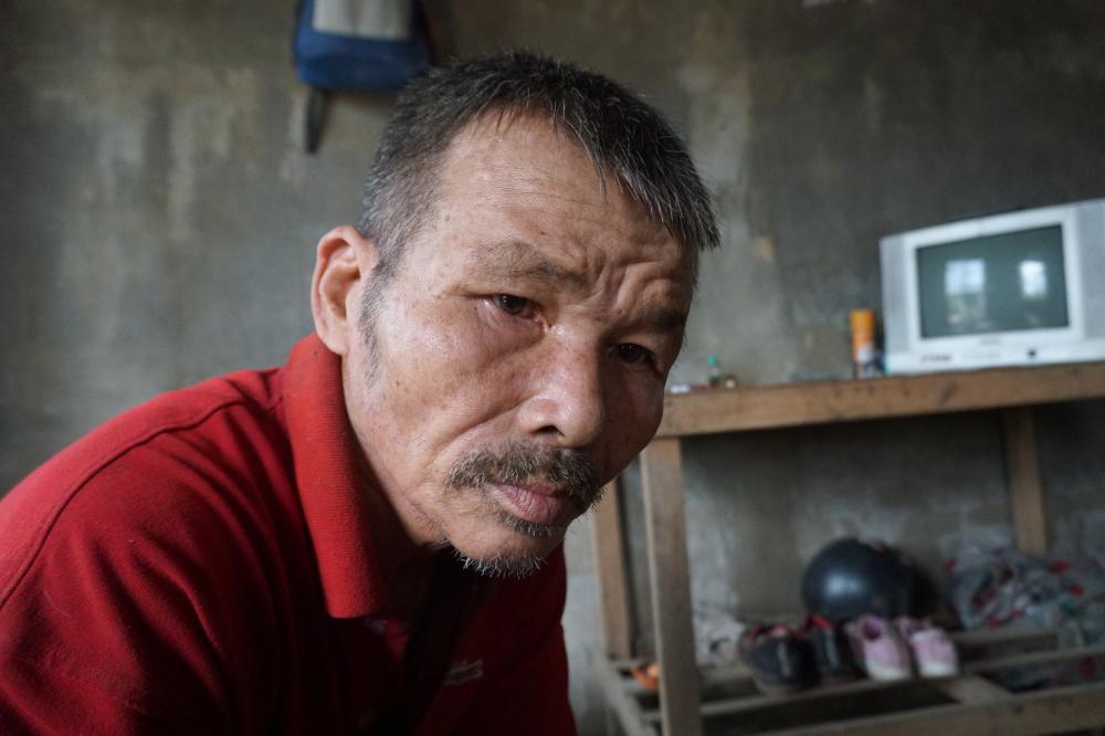Ông Thái, cha Duy bị tâm thần phân liệt, chỉ thẩn thờ khi nghe con mình bị đánh đập, ngược đãi