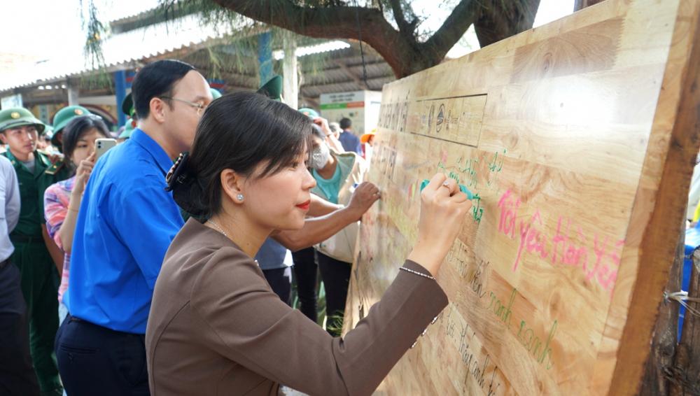 Nhiều người ký tên vào chương trình làm sạch biển Hòn Yến