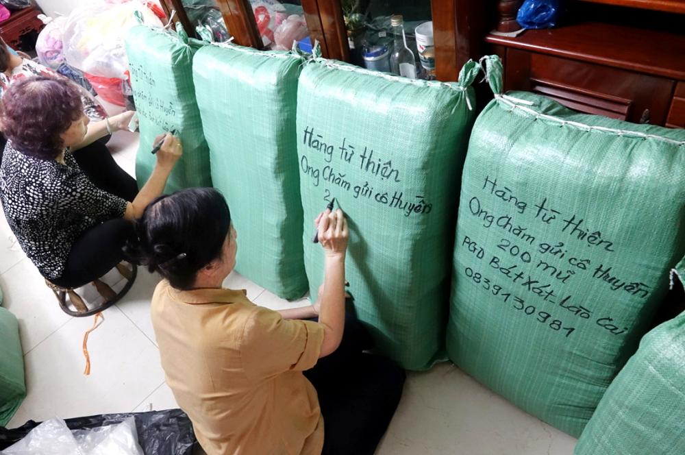Nhóm Ong Chăm chuẩn bị cho chuyến hàng gửi đi trong tháng 7/2020