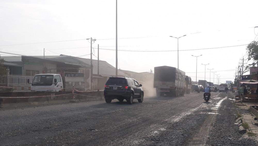 Quốc lộ 1 đoạn qua tỉnh Vĩnh Long bụi bặm vì đang thi công