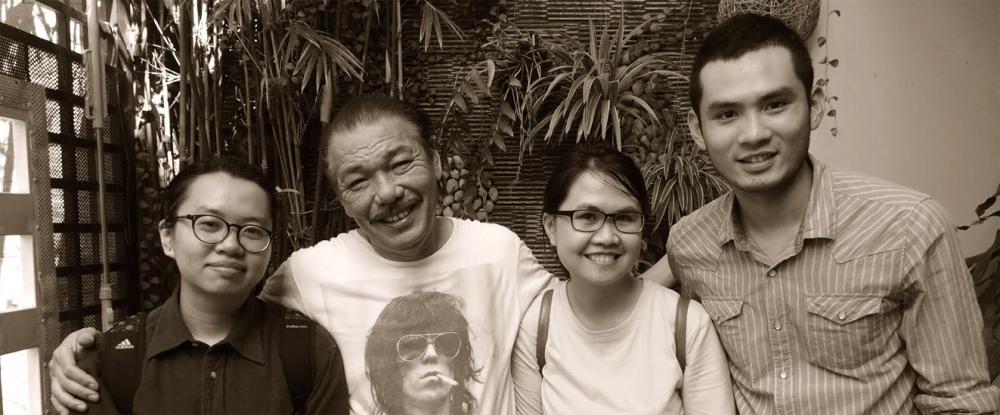 Đạo diễn Lan Nguyên (bìa trái) và quay phim Trần Doãn Nam trong lần đầu gặp nhạc sĩ Trần Tiến tại nhà ông ở Vũng Tàu
