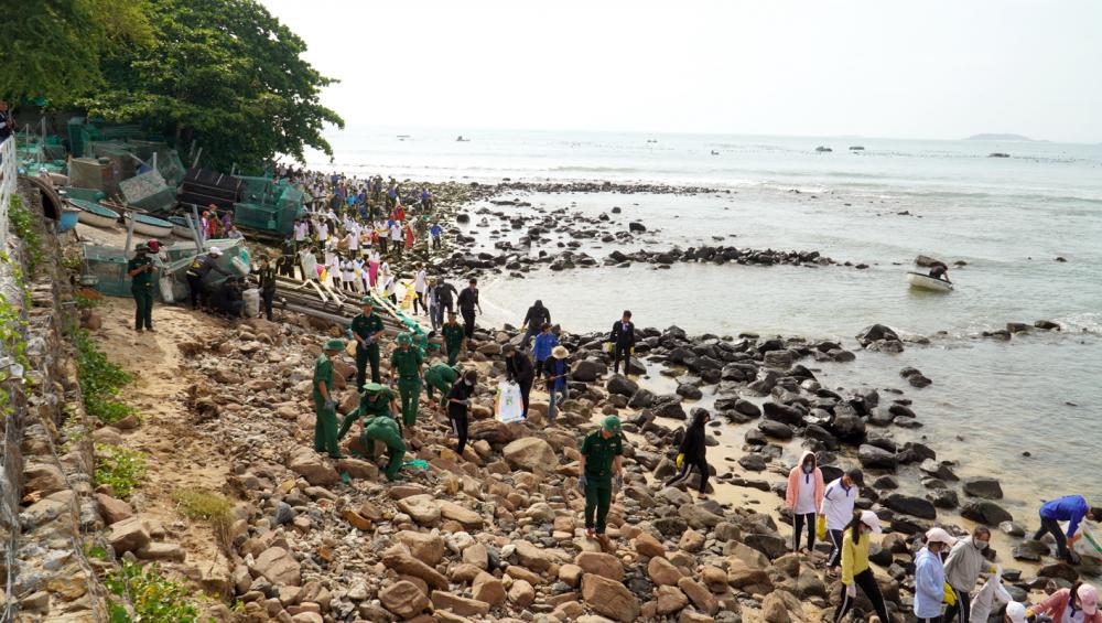 Thu gom rác thải ở biển Phú Yên