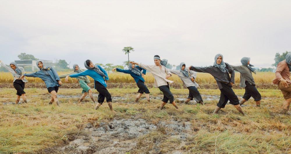 Lý Hải và các vũ công nhảy múa trên đồng ruộng