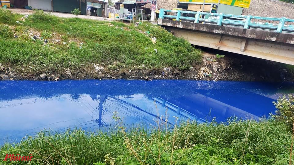 Nước chuyển màu xanh có mùi hôi xuất hiện vào buổi sáng nhưng đến chiều vẫn chưa có dấu hiệu giảm