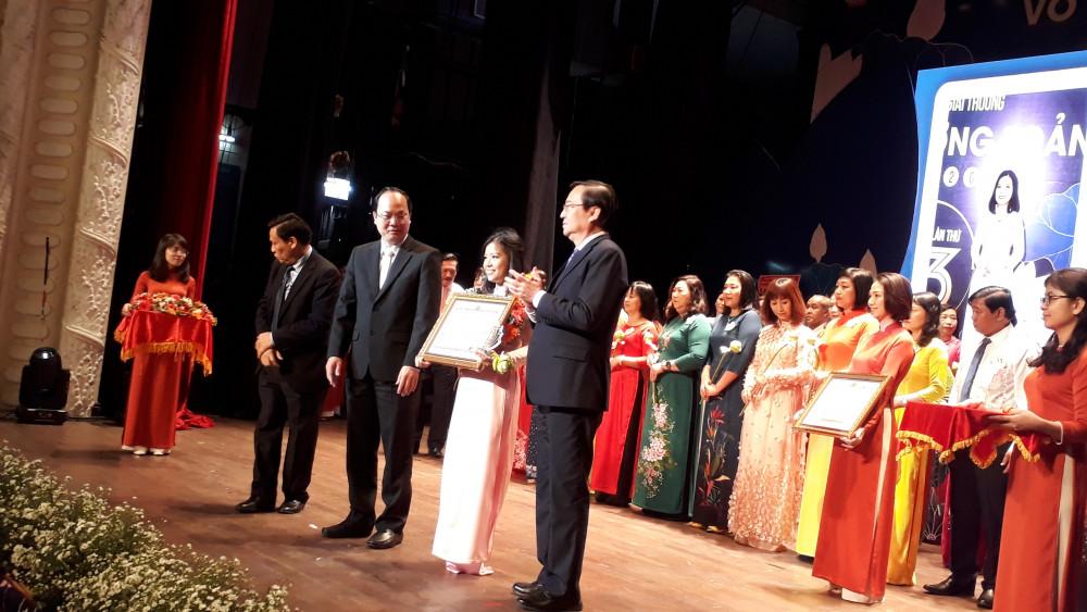 Lãnh đạo thành phố, ngành giáo dục TP. HCM và báo Sài Gòn Giải Phóng trao hoa, kỷ niệm chương và bằng khen cho các thầy cô giáo vinh dự nhận giải thưởng Võ Trường Toản
