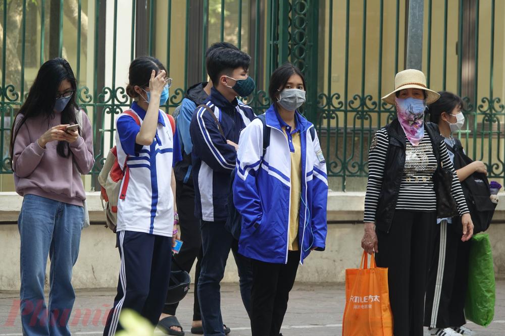 Tuy nhiên bên cạnh đó, tại một số điểm như bến xe, phương tiện công cộng, người dân thực hiện việc đeo khẩu trang rất nghiêm túc.