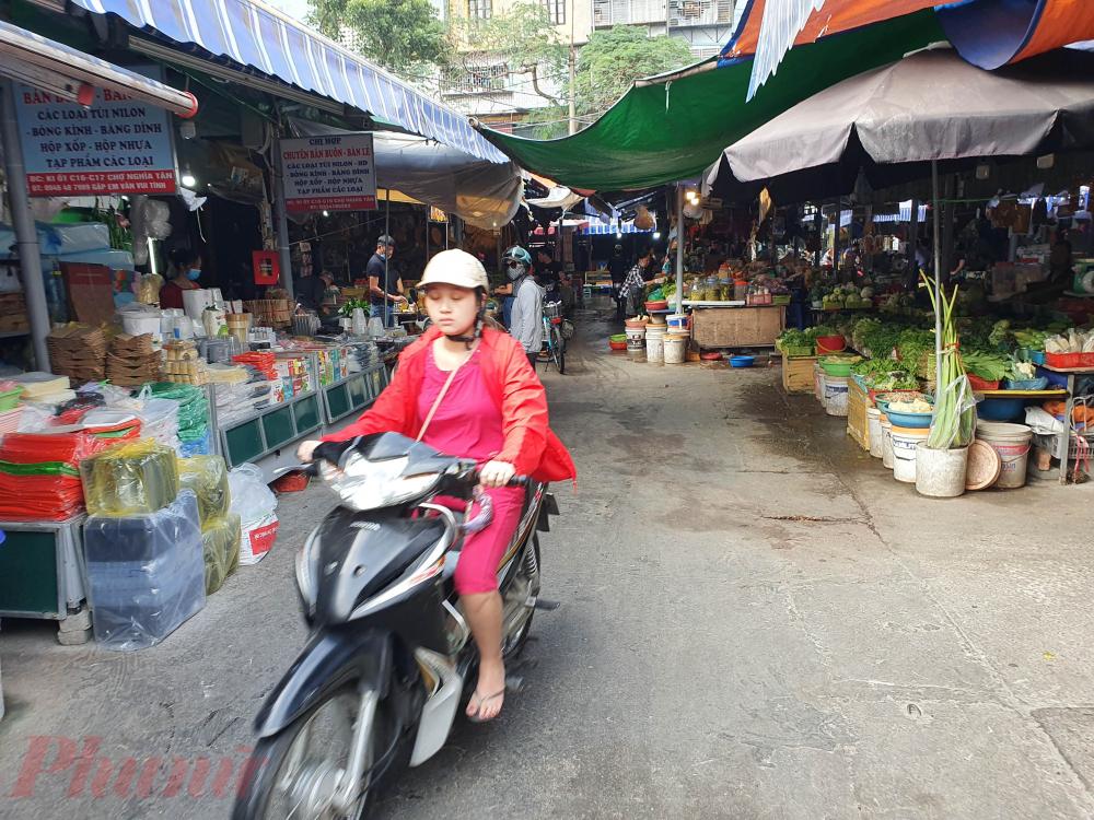 Tuy nhiên qua quan sát của PV, vào sáng ngày 25/11, tại khu vực chợ Nghĩa Tân vẫn có nhiều người mua hàng không đeo khẩu trang khi vào chợ.