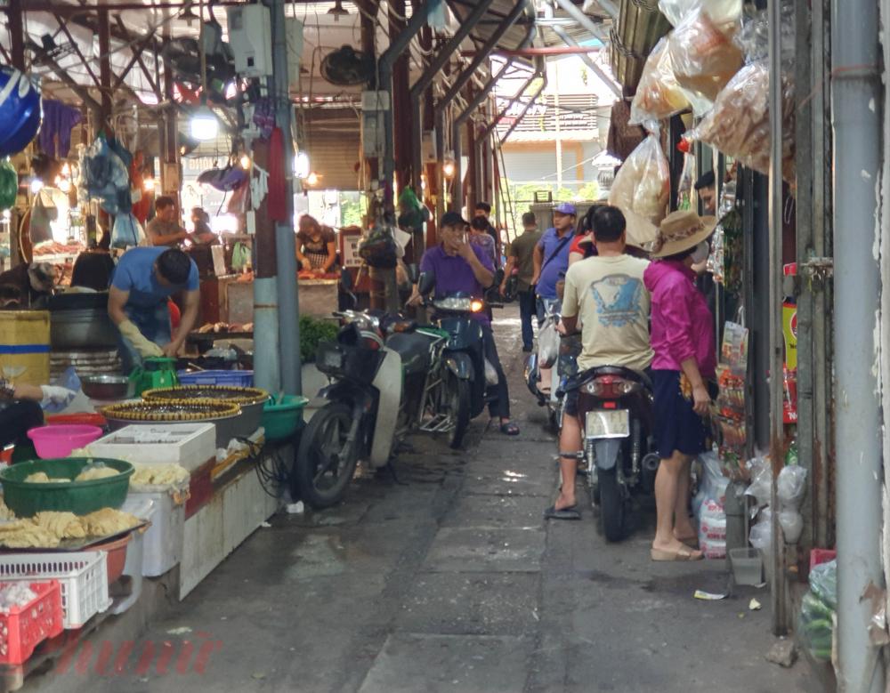 Và cả khu vực bên trong chợ.