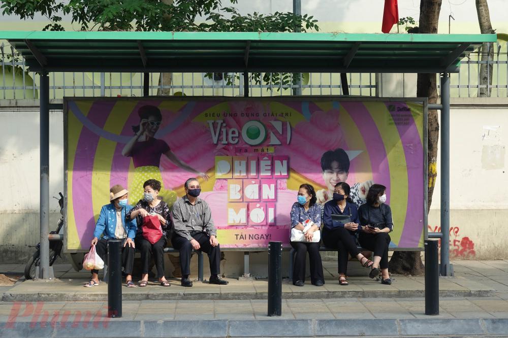 Những người dân đang chờ xe bus tại khu vực đường Tô Hiệu (phường Nghĩa Tân).
