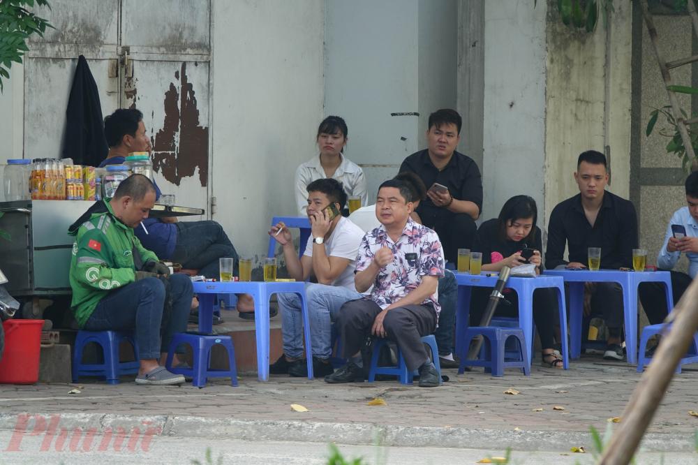 Hàng nước vỉa hè là một đặc trưng của Hà Nội, nên rất đông người đến đây uống nước, trò chuyện. Ở những hàng quán, sự chủ quan trong việc phòng dịch của người dân là rất rõ.
