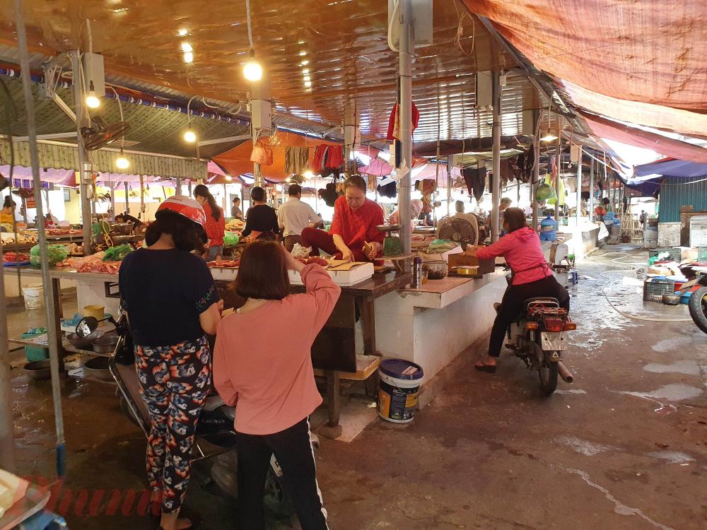 Một số tiểu thương cũng không sử dụng khẩu trang khi bán hàng. Mặc dù trước đó cũng chính tại chợ Nghĩa Tân