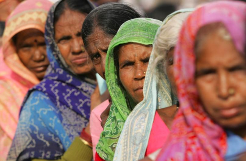 Những phụ nữ Dalit thuộc tầng lớp thấp hơn chờ đợi để được điều trị y tế ở Mumbai trong ảnh chụp năm 2006 này.  Ảnh: AFP