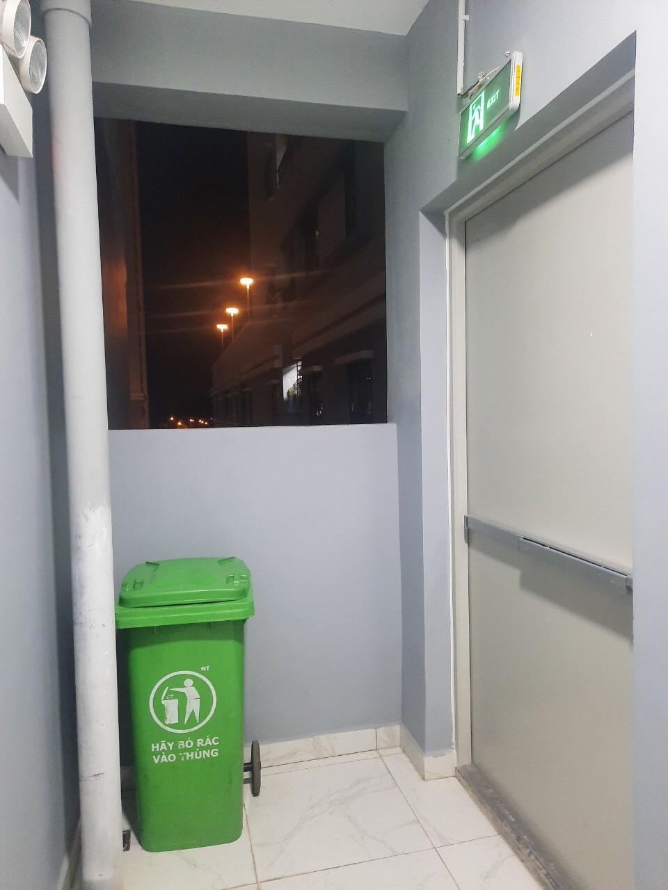 Thùng rác được chủ đầu tư chuyển ra ngay thang bộ