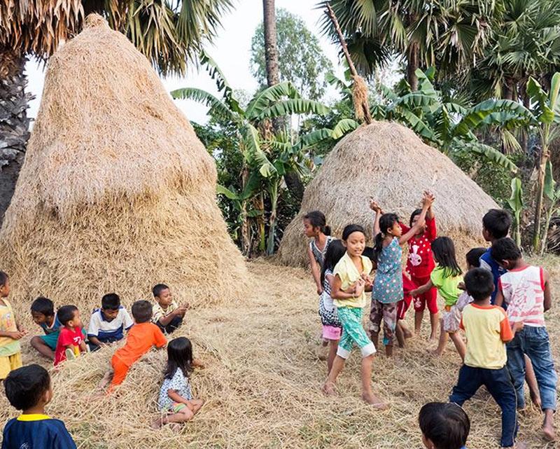 Mùa gặt, lũ trẻ tha hồ lăn lê bò toài, chơi với những đống rơm - Ảnh minh họa