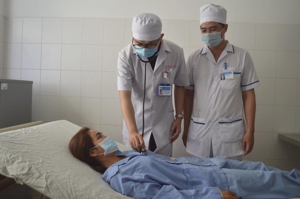 Chị Đ. được bác sĩ Bệnh viện đa khoa Trung ương Cần Thơ khám