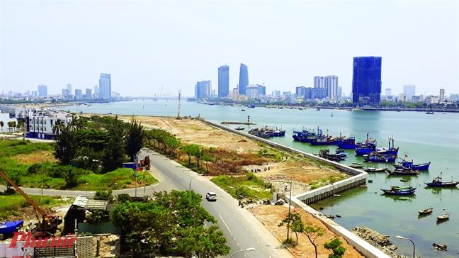 Ở phía đối diện, dự án lấn cửa sông Hàn đã bị dư luận phản ứng nhưng vẫn không trả lại nguyên trạng lòng sông