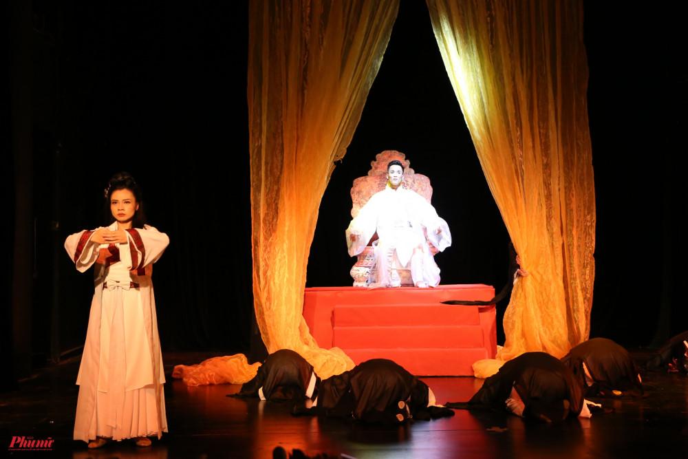 Cánh hoa triều Lý dụng công nhiều ở cách bày trí sân khấu. Các diễn viên múa thể hiện đa dạng cảm xúc trên gương mặt từ đau khổ đến sướng vui rồi lại trở về với cuộc chia ly nghìn trùng.