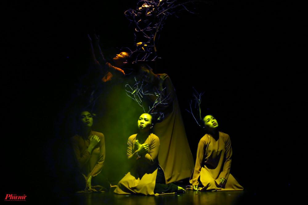 Cằn cỗi của Nhóm múa Công ty Fly Entertainment đẹp trong tạo hình của các diễn viên múa.