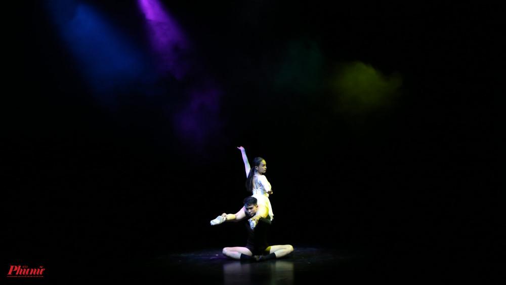 Tiết mục Âm dương đơn giản về đạo cụ, cách bày trí sân khấu nhưng điều này cũng giúp người xem tập trung toàn bộ ánh nhìn vào kỹ thuật của 2 diễn viên Nguyễn Thành Phát và Bùi Thị Huyền.