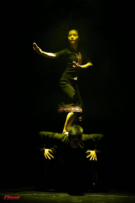 Hồn Khơ Mú của 2 thí sinh Hồ Lê Anh Nguyên và Nguyễn Phương Thuý là câu chuyện về lễ hội mùa màng của người dân Khơ Mú