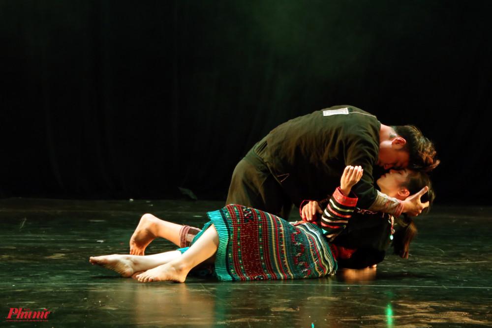 Noong ơi là câu chuyện về tục bắt vợ của một số dân tộc ở vùng cao. Đây là một phong tục