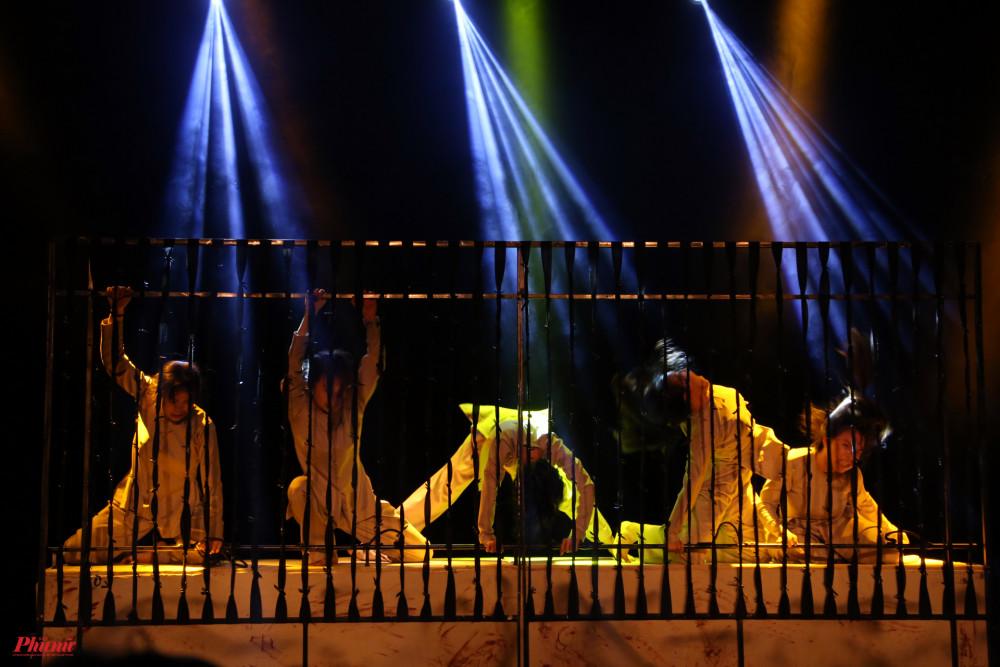 Côn Đảo: Tinh thần thép là tiết mục mà Nguyễn Hữu Phượng Hằng và các diễn viên múa đến từ Vũ đoàn Việt Hải