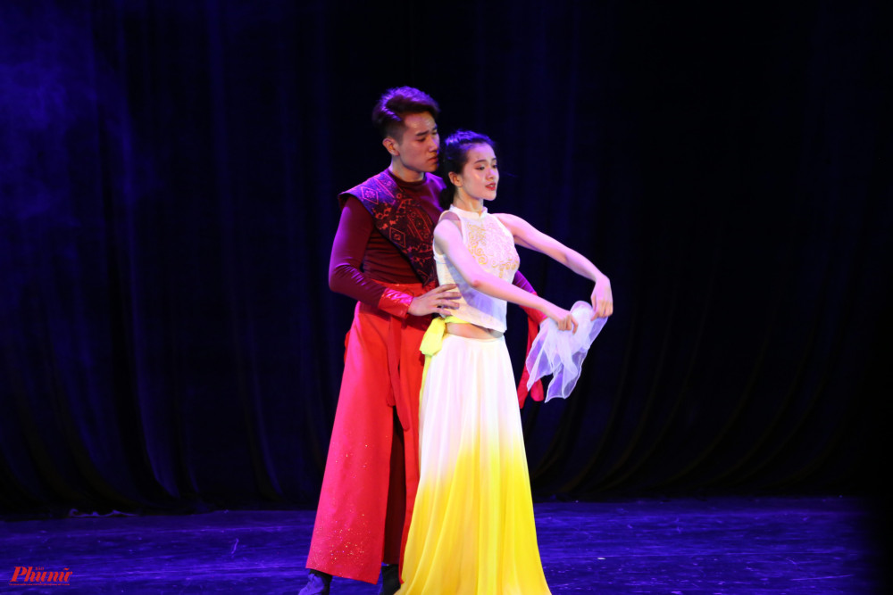 Diễn viên múa Đỗ Yên Đan và Trần Trọng Nghĩa tham dự Liên hoan với tiết mục Bến hoàng tuyền.