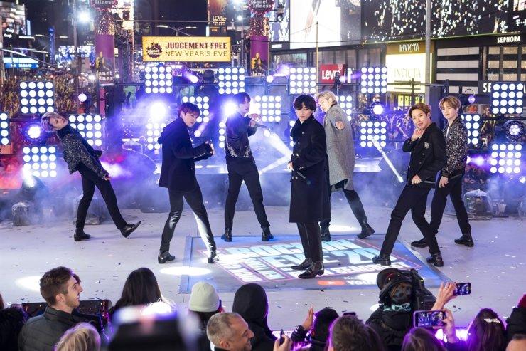 BTS ghi dấu ấn lịch sử khi lần đầu tiên được đề cử tại giải thưởng Grammy.