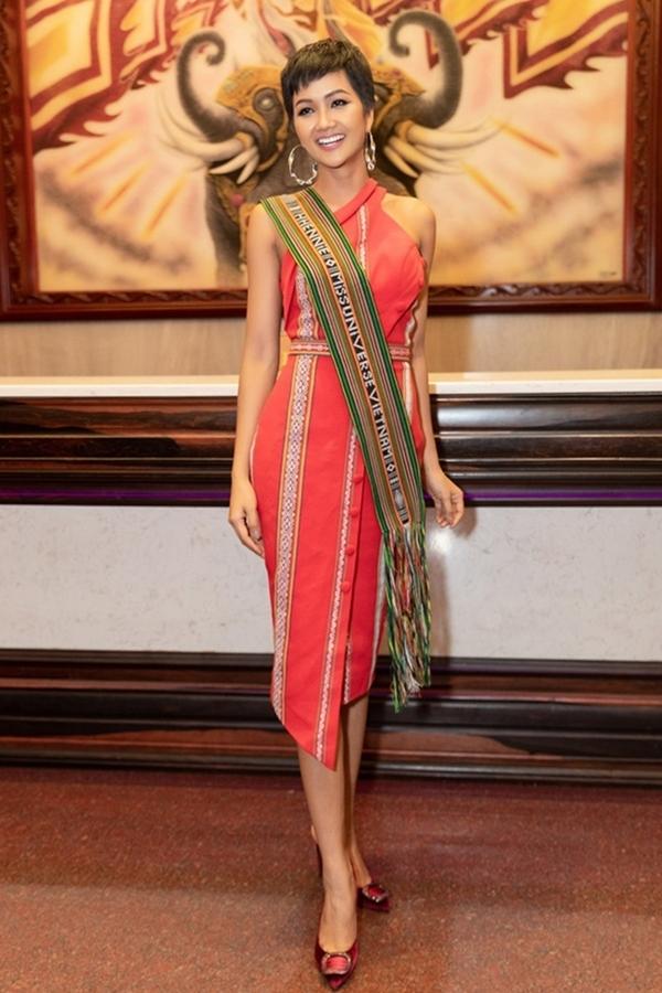 H'Hen Niê gợi cảm trong chiếc váy đỏ trên nền chất liệu thổ cẩm.