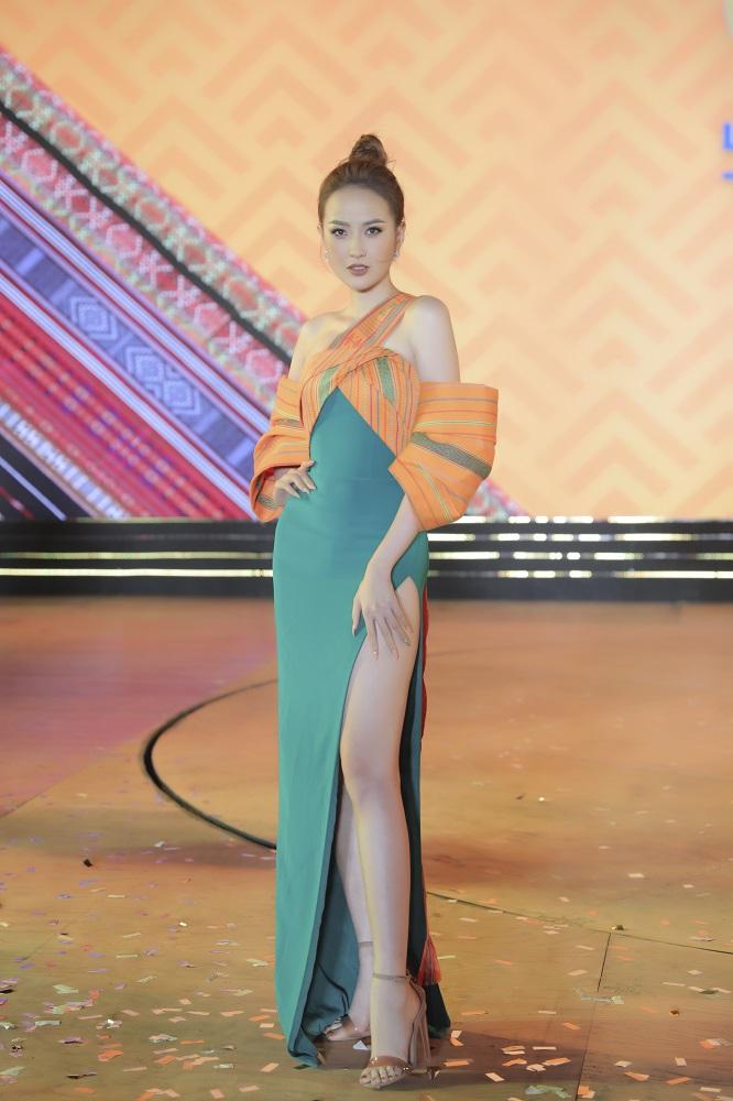 Tối 24/11, đêm khai mạc Lễ hội văn hoá thổ cẩm 2020 diễn ra tại TP Gia Nghĩa, tỉnh Đắk Nông. Hoa hậu Khánh Ngân xuất hiện nổi bật