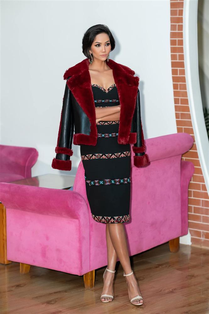 Trên nền đen, những tông màu đỏ, xanh bắt mắt được bố trí tạo điểm nhấn cho trang phục. Tuy nhiên, việc phối cùng chiếc áo khoác bên ngoài cũng với tông màu tối khiến H'Hen Niê trông khá dừ.
