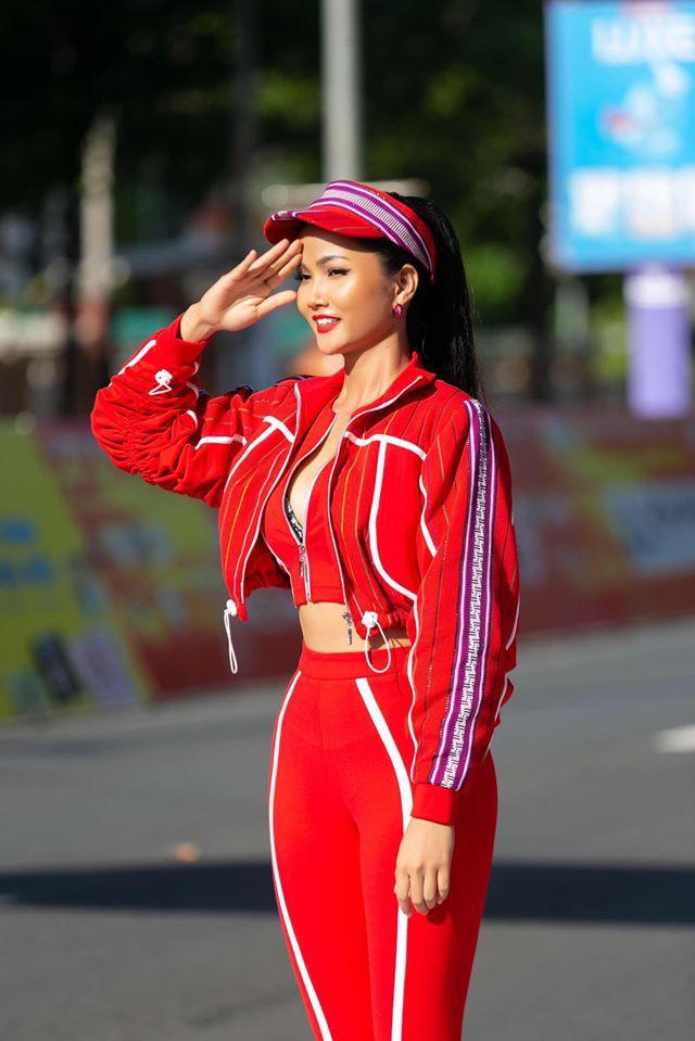 Trước Khánh Ngân, Hoa hậu H'Hen Niê cũng tích cực lăng xê trang phục có kết hợp chất liệu thổ cẩm. Tông màu tím được kết hợp độc đáo với sắc đỏ tươi tạo nên vẻ ngoài
