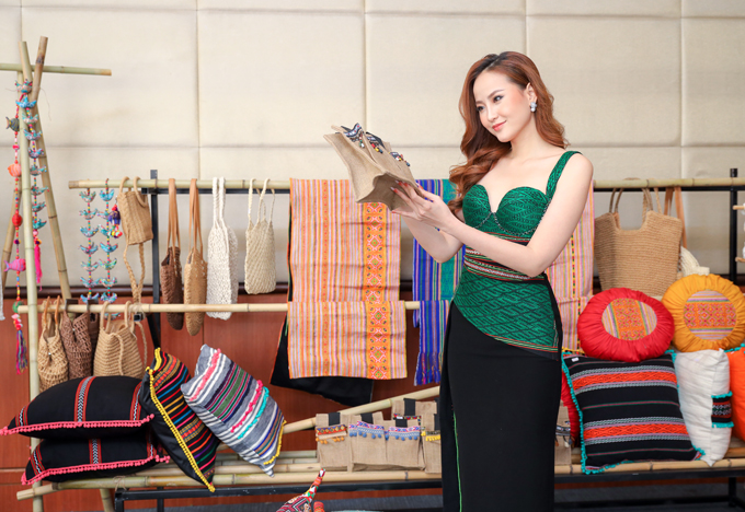 Trước đó, trong một sự kiện khác tại Hà Nội, Khánh Ngân cũng chọn diện chiếc váy gợi cảm với phần thân trên có kết hợp chất liệu thổ cẩm để tạo điểm nhấn. Người đẹp cho biết trong những chuyến đi để tìm hiểu về chất liệu này, cô cảm thấy thích thú và cùng nhiều NTK lên ý tưởng để đưa thổ cẩm vào trong những thiết kế hiện đại hơn.